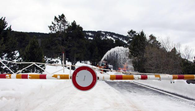 La carretera del coll d'Ordino amb la tanca baixada.