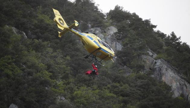 Un rescat realitzat pels bombers amb l'ús de l'helicòpter.