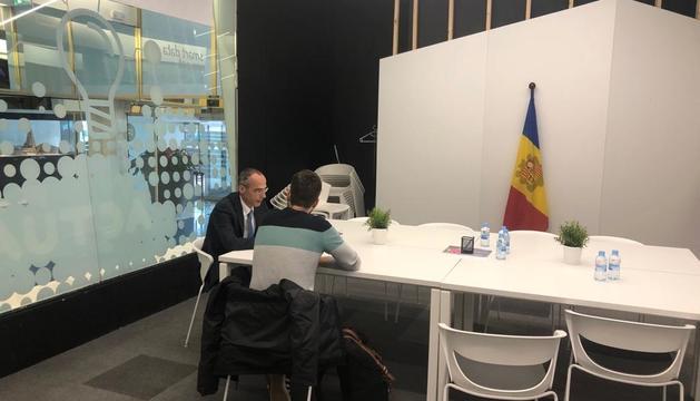 L'ambaixador de la UE va poder veure les novetats exposades a l'espai d'innovació de Caldea.