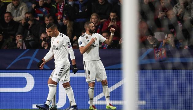 Benzema celebra un dels seus dos gols.