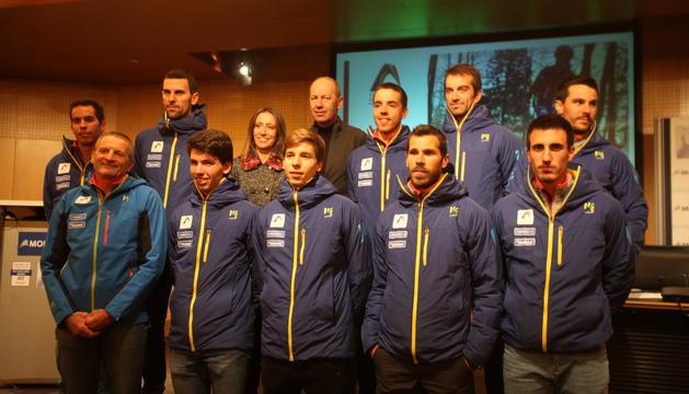 L'equip d'esquí de muntanya amb l'equipació