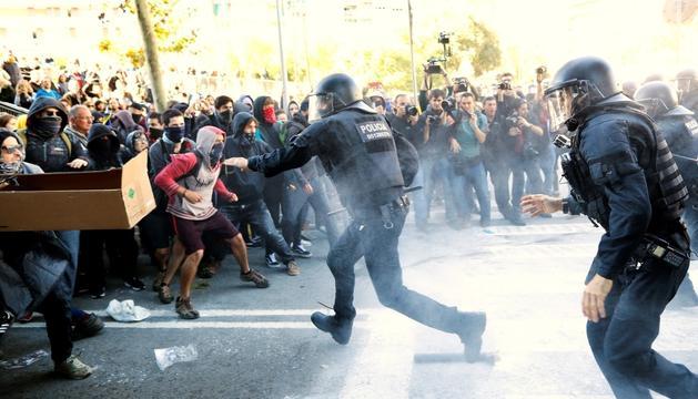 Els mossos carreguen contra els manifestants antifeixistes.