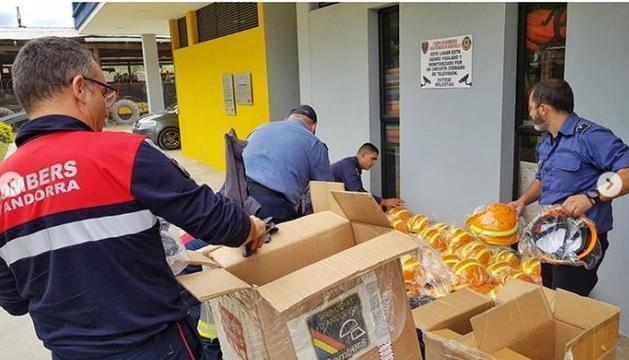 Bomber d'Andorra descarregant material