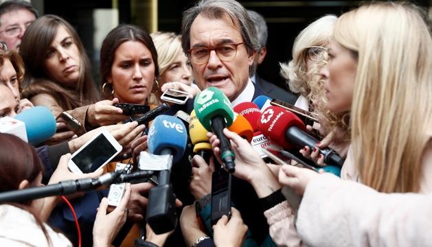 L'expresident de la Generalitat Artur Mas atenent els periodistes, ahir.