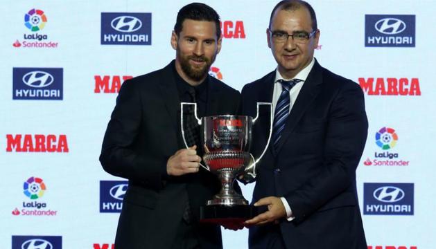 Leo Messi, amb un dels premis que va recollir.