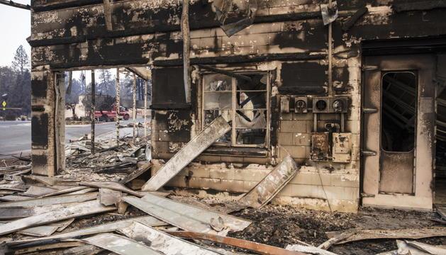 Un edifici totalment destruït per les flames.