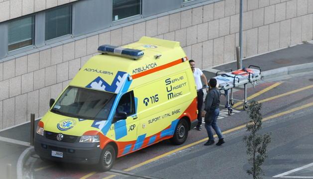 Una ambulància al carrer de l'hospital.