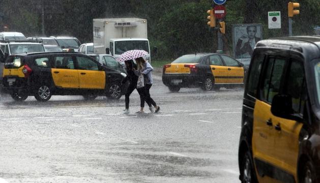 Carrers de Barcelona completament inundats, ahir.