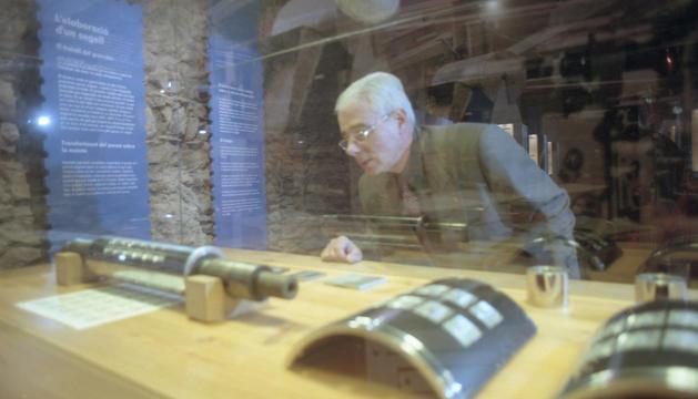 El ministre Enric Pujal mirant la col·lecció el dia de la inauguració