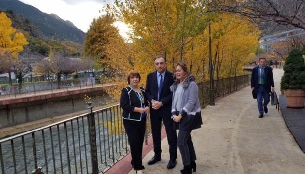 Vila, amb les dirigents de la FIO, Iris Miriam Ruiz i Carmen Comas-Mata.