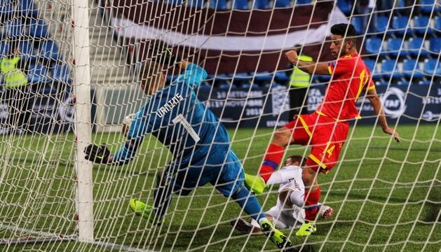 Jordi Aláez, a punt d'aconseguir el gol per a la selecció andorrana, en una acció del partit.