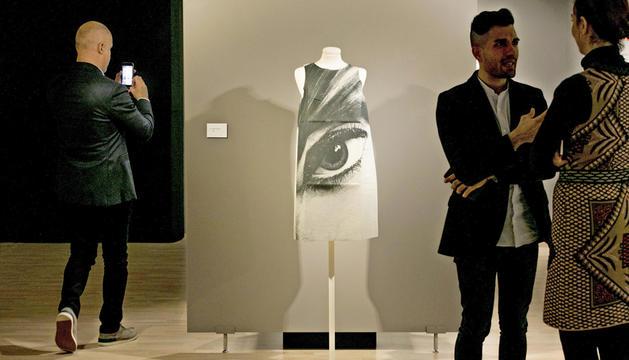 Visita nocturna a 'La moda dels anys 60'