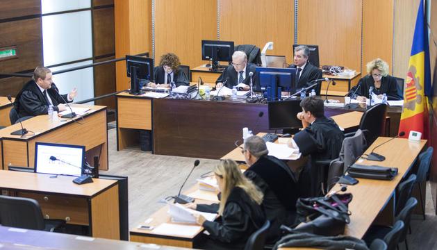 El Superior va celebrar la vista d'apel·lació contra l'embargament als acusats.