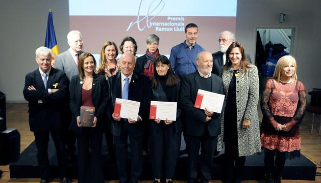 Els guardonats amb els representants de Govern i de la Generalitat de Catalunya