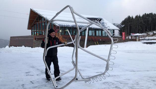 Un operari preparant l'inici de la temporada d'esquí a les estacions del Principat.