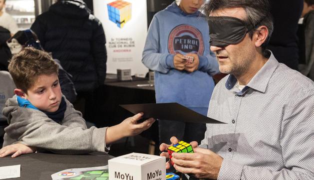 Un dels participants resolent el cub amb els ulls tancats.