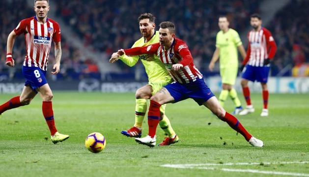 Leo Messi i Lucas Hernández lluitant per una pilota.