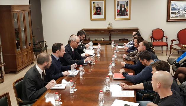 Membres de la plataforma sindical en una reunió amb Govern.