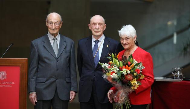 Òscar Ribas durant l'homenatge al Consell General amb la seva dona i el president de Gesco, Josep Marsal