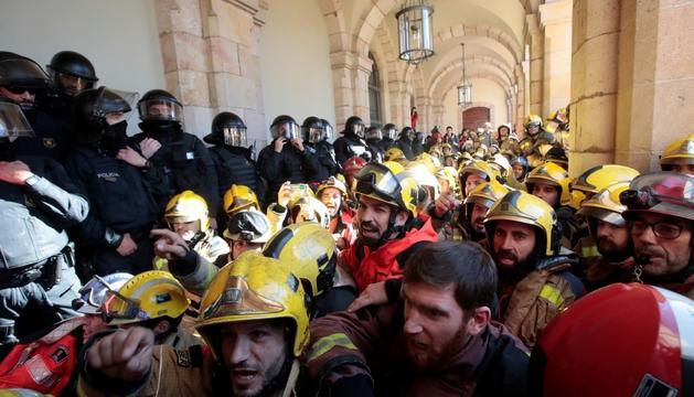 Metges i bombers, concentrats ahir davant del Parlament.