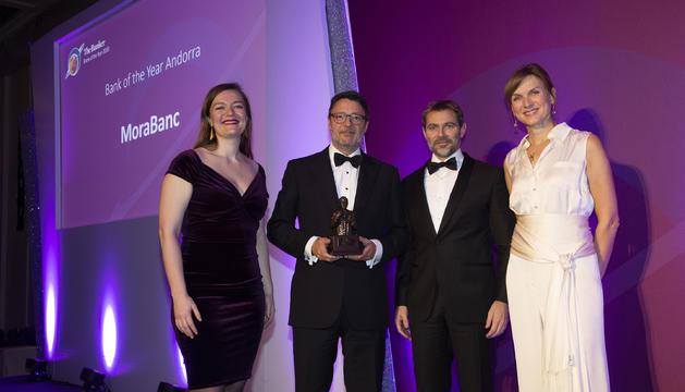 El president de MoraBanc, Pedro González Grau, i el director general de MoraBanc, Lluís Alsina, recullen el premi Banc de l'any