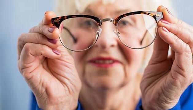 Les persones majors de 45 anys que s'haurien de fer almenys una revisió de la visió un cop l'any
