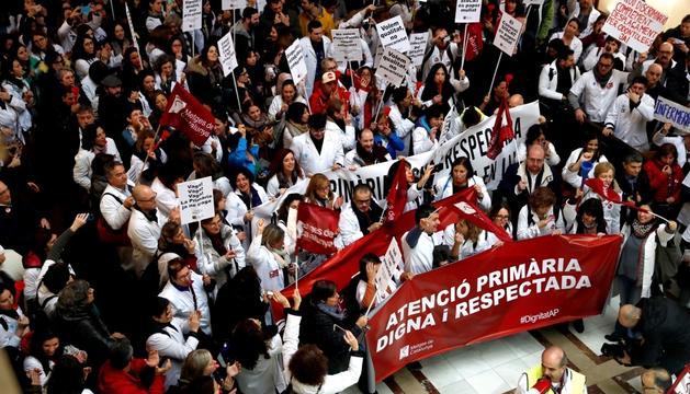 Metges manifestant-se a la seu de l'Institut Català de la Salut, dimars.