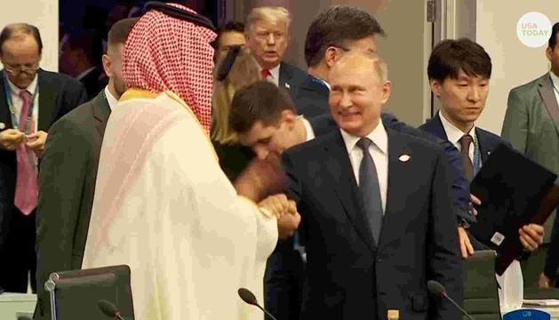 Vladímir Putin saludant Mohamed bin Salman, ahit.