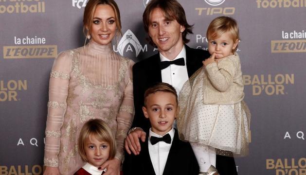 Modric va arribar amb la família al Grand Palais de París.