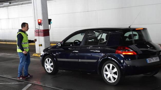 Un vehicle activa l'avís de risc a la duana de la Farga de Moles.