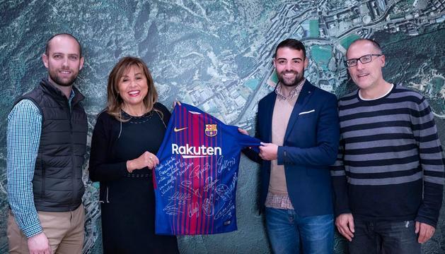 Conxita Marsol ha rebut la samarreta signada pels jugadors del Barça
