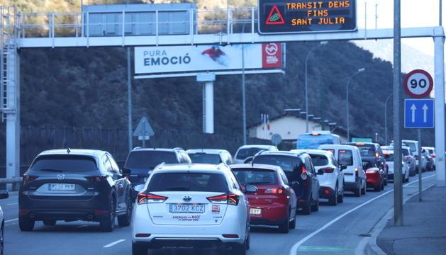 Vehicles aturats abans d'arribar a Sant Julià de Lòria.