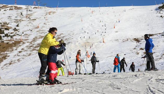 Esquiadors a primera hora de la tarda a les pistes de Grau Roig