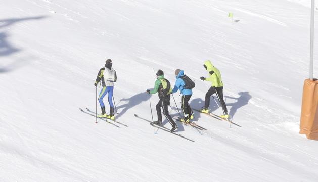 Un grup de persones fent esquí de muntanya.