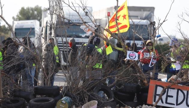 La barricada que els CDR han instal·lat a l'AP-7.