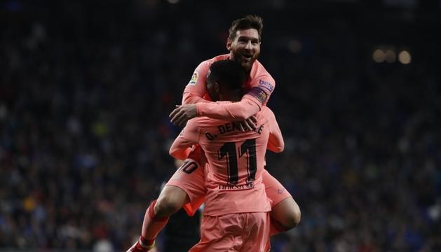 Messi i Dembelé celebren un dels gols d'ahir al derbi contra l'Espanyol.