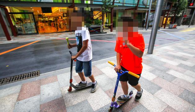 Dos nens amb patinet per Vivand