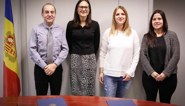Membres de Protecció Civil i de l'Atsa durant la signatura del conveni