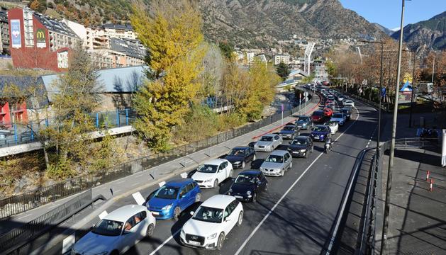 Cues de vehicles ahir a primera hora de la tarda en diferents punts de la xarxa viària en direcció a la frontera del riu Runer..