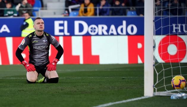 El porter de l'Osca es lamenta després d'encaixar el gol de Bale.