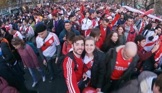 Josefina Tomás i altres seguidors de River Plate, residents, diumenge a Madrid.