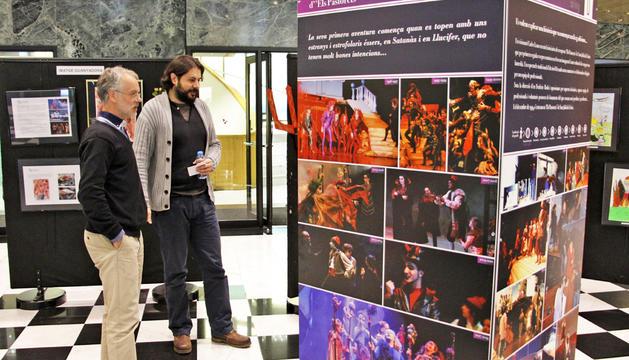 Josep Roig i Juanma Casero al vestíbul del Centre Cultural, on hi ha l'exposició.