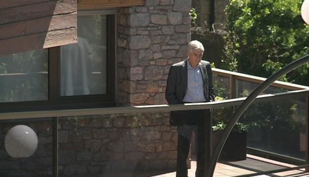 Josep Casadevall a casa dels Cierco durant un escorcoll policial.