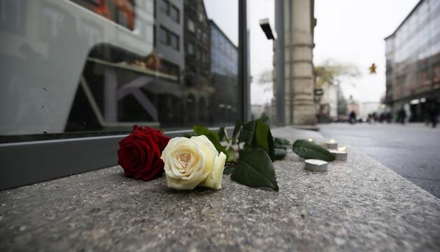 Flors dipositades al lloc del tiroteig, ahir.