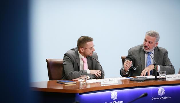 El secretari de Salut, Joan León, amb el doctor Lluís Serra durant la presentació de les dades de l'ENA