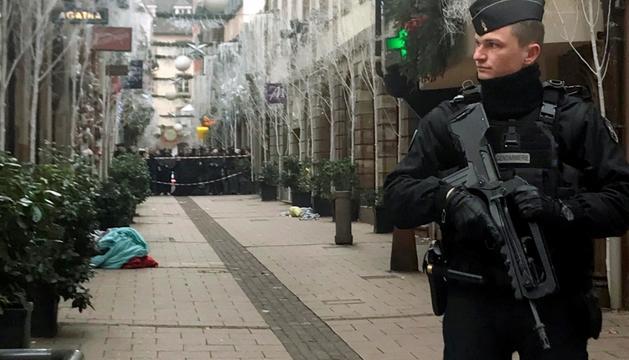 Un dels agents desplegats en el dispositiu de recerca de Chekatt, en un carrer d'Estrasburg, ahir.