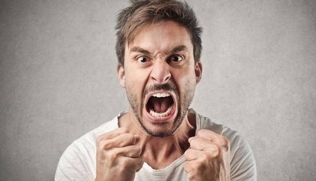 Una persona que té pànic al compromís, en lloc d'assumir la seva por culpa la parella dient-li que no li posa les coses fàcils