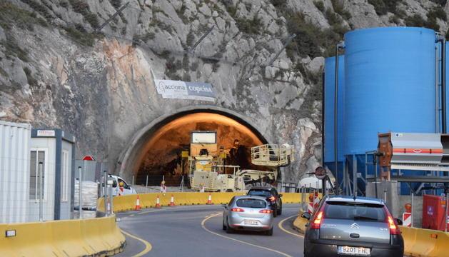 Cotxes circulant al costat del túnel dels Tres Ponts.