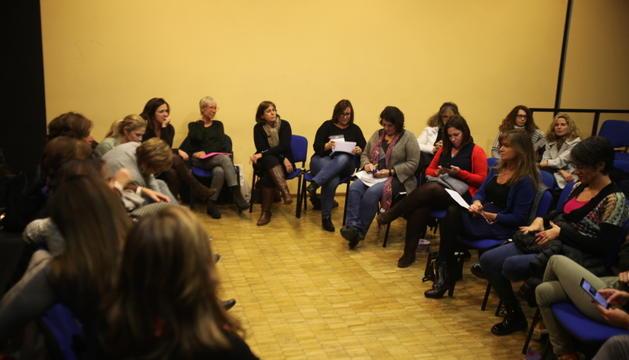 Membres d'Acció Feminista en una reunió.