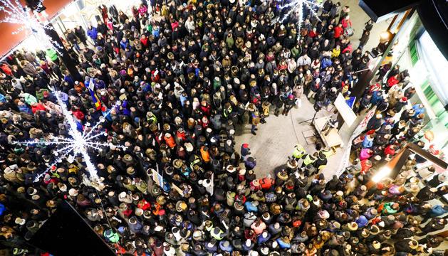 Els manifestants durant la protesta d'ahir a l'avinguda Meritxell, davant el passatge Biscariet.
